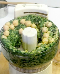 Spinach Hummus - a quick and easy spread made of spinach and chick peas, perfect with crackers! www.inhabitedkitchen.com