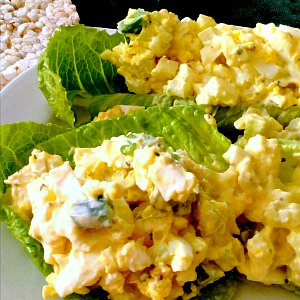 Egg salad on lettuce, with rice cakes.